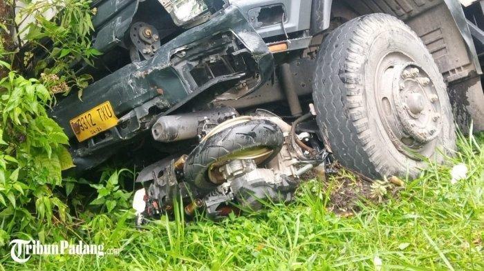 Motor Matik di Bawah Kolong Truk Nyaris Tak Berbentuk, Kecelakaan di Jalan Raya Padang-Solok