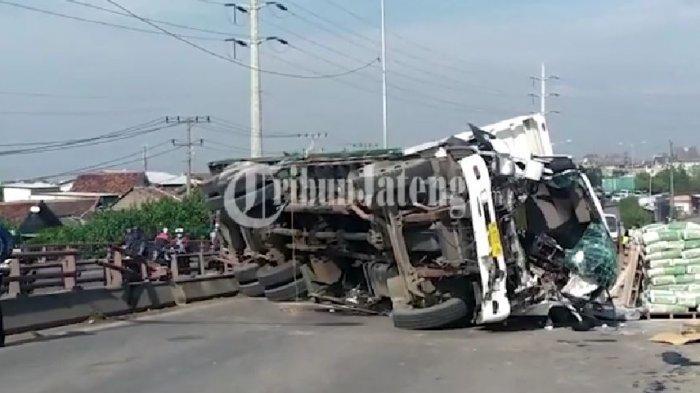 Kecelakaan dua truk antara truk semen dan truk besi di Jembatan Layang Arteri Yos Sudarso Semarang, Jumat (24/9/2021).