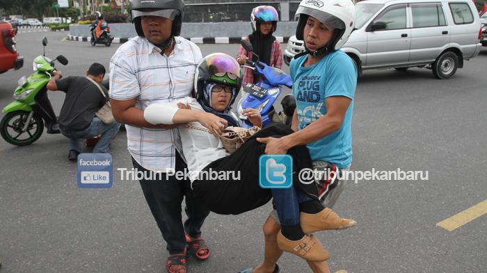 Ibu & Anak Terjatuh Dari Motor Setelah Coba Pertahankan Tas yang Diincar Begal di Jalan Kubang Raya
