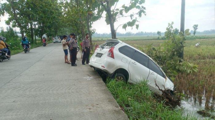 Tidur Ayam, Matanya Ngantuk Mobil Tetap Jalan, Bangun-bangun Avanza Nyungsep di Persawahan