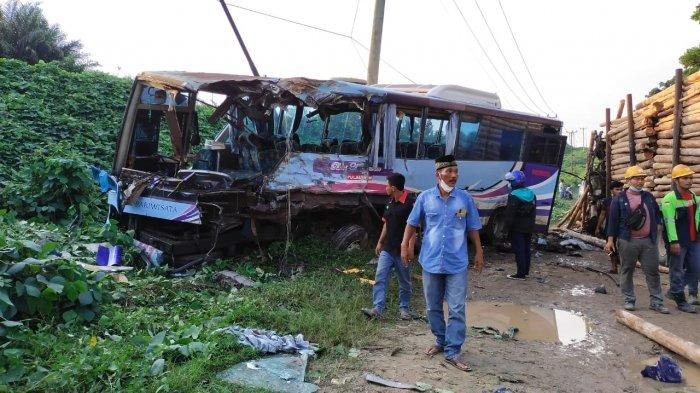 Tabrakan Maut Bus Karyawan vs Truk Balak di Jalintim Pangkalan Kerinci, Satu Tewas,Belasan Luka-luka