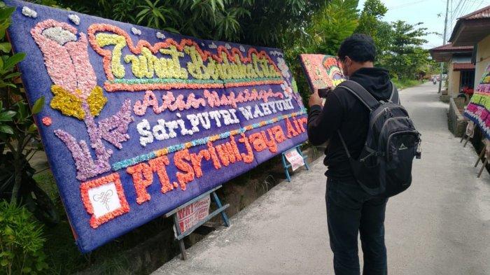 Karangan bunga ucapan belasungkawa dari Sriwijaya Air di depan kediaman keluarga Putri Wahyuni (25), di Jalan Sembilang, Gang Pinang, Kelurahan Meranti Pandak, Kecamatan Rumbai Pesisir, Kota Pekanbaru, Sabtu (16/1/2021)