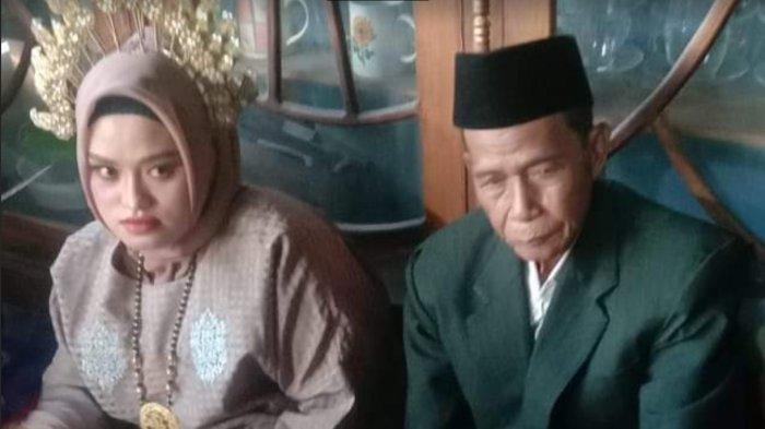Kedua mempelai Bandu (74) dan Imma (25) pasangan terpaut usia 48 tahun yang menikah di Desa Waempubbu, Kecamatan Amali, Kabupaten Bone pada Senin (352021)