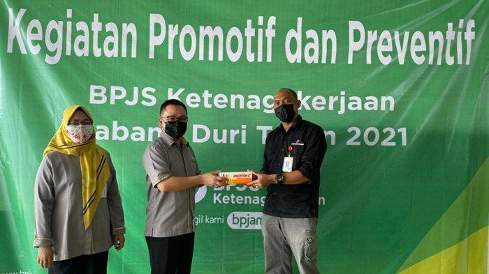 Kegiatan Promotif dan Preventif BPJS Ketenagakerjaan Kanwil Sumbar-Riau-Kepri Tahun 2021. Foto: Pemberian Multivitamin untuk Pekerja oleh Perwakilan Kantor Cabang BPJS Ketenagakerjaan Duri – Riau