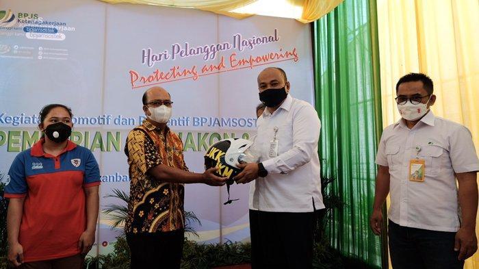 Kegiatan Promotif dan Preventif BPJS Ketenagakerjaan Kanwil Sumbar-Riau-Kepri Tahun 2021. Foto: Penyerahan Helm Motor oleh Perwakilan Kantor Cabang BPJS Ketenagakerjaan Pekanbaru Panam – Riau