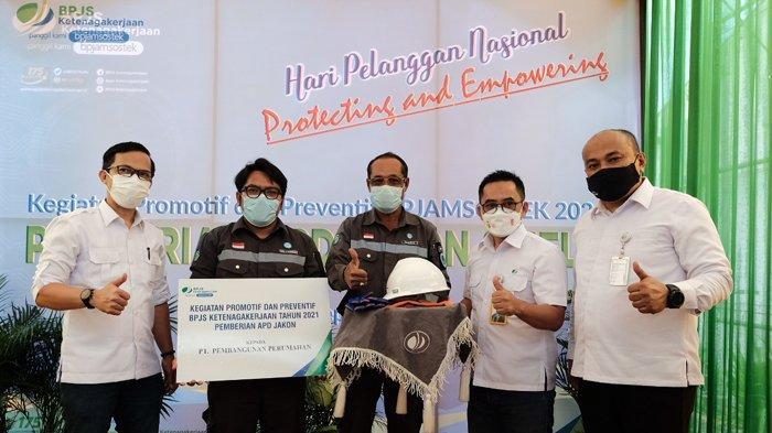 Kegiatan Promotif dan Preventif BPJS Ketenagakerjaan Kanwil Sumbar-Riau-Kepri Tahun 2021. Foto: Penyerahan Paket APD Jasa Konstruksi oleh Perwakilan Kantor Cabang BPJS Ketenagakerjaan Pekanbaru Panam - Riau