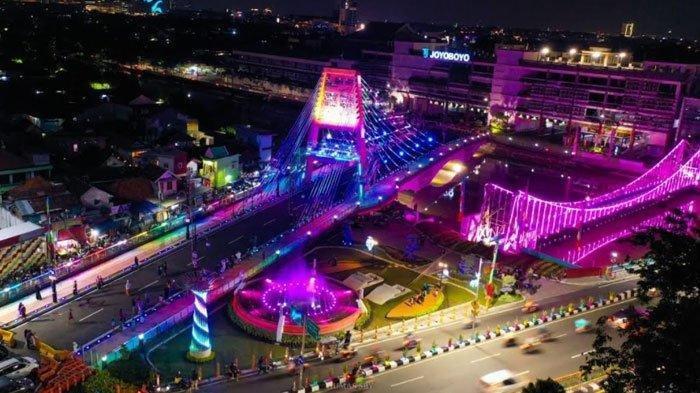 Keindahan Jembatan Sawunggaling pada malam hari. Dilengkapi dengan Big tree lamp dengan tinggi 6 meter yang dapat menyala berwarna-warni lengkap dengan running text serta dancing fountain atau air mancur menari yang bergerak seirama dengan lagu yang diputar.