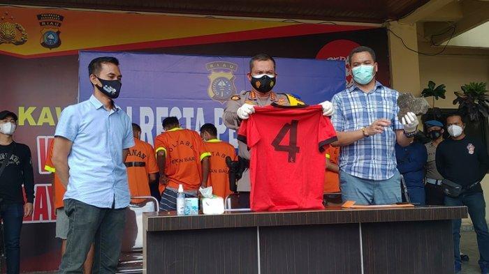 Kapolresta Pekanbaru Kombes Pol Nandang Mu'min Wijaya (tengah) didampingi Kasat Reskrim Kompol Juper Lumban Toruan (kanan) saat mengekspos pengungkapan kasus penyerangan terhadap petugas dan mobil dinas Bea Cukai, Selasa (27/4/2021).