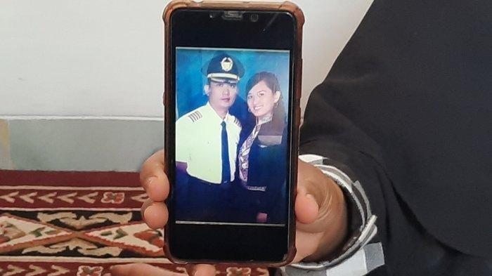 Keluarga saat menunjukkan foto Didik dan istrinya ketika sama-sama masih bekerja di Maskapai Merpati Airline. Kapten Didik Gunardi (49) sudah merintis karier sebagai pilot sejak 1993, cita-cita bekerja di dunia penerbangan sudah tertanam sejak kecil.
