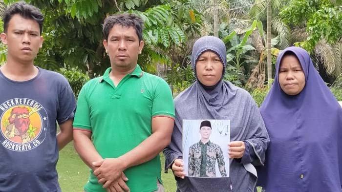 Leluarga Horas Ipong menunjukkan foto Ipong yang menghilang misterius sejak Senin (23/11/2020) lalu. Sampai saat ini masih dalam pencarian.