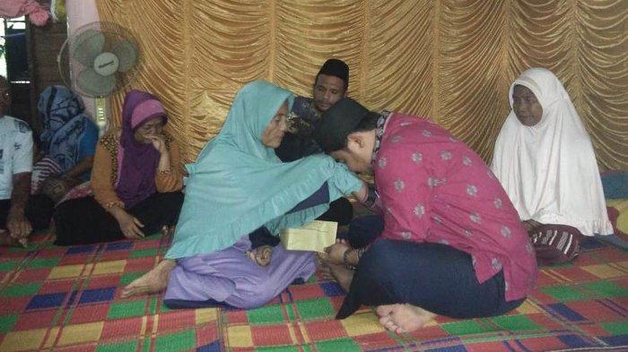 Keluarga Hery Anggota KPPS di Pelalawan Riau yang Meninggal Dunia Terima Santunan