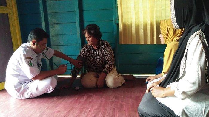 Nenek Elizabet Tak Menyangka Dokter dari Puskesmas Sungai Apit Riau Datang Memeriksa Kesehatannya