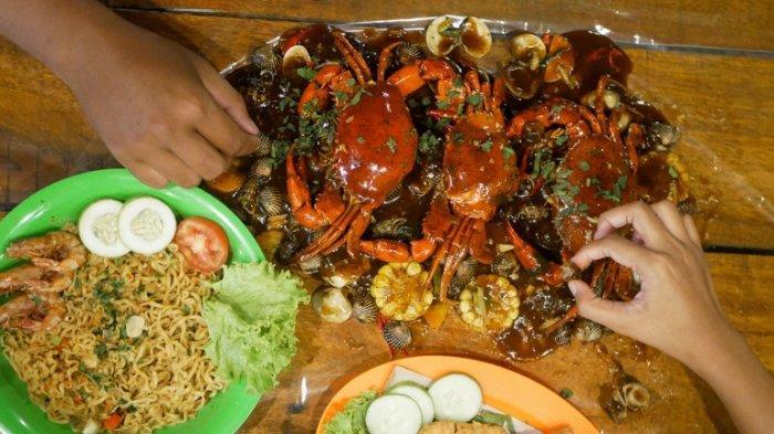 Menu di Teras Pekanbaru, pakcoy-kepiting dengan mie dan kepiting krispi.
