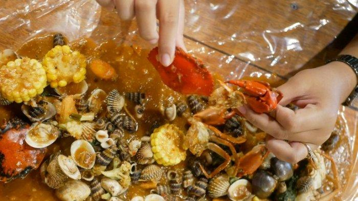 Berebut Kais Seafood di Tumpukan Saos,Nikmatnya Makan Kepiting Tumpah Mix di Teras Pakcoy Pekanbaru