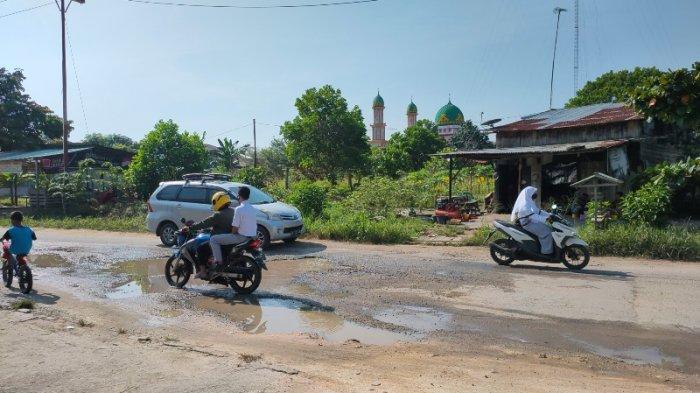 Kerusakan yang ada di Jalan Seminai Kelurahan Kerinci Kota, Kecamatan Pangkalan Kerinci, Kabupaten Pelalawan, Riau kian parah pada Senin (4/10/2021). Bahkan warga mengeluhkan badan jalan yang penuh dengan berlubang besar.