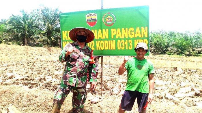 Babinsa Koramil 02 Rambah Kodim 0313/KPR Serka Sunardi bersama warga.
