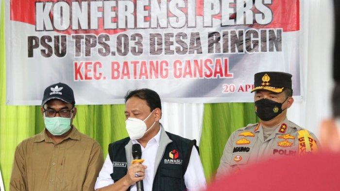 Antusias Meski Diguyur Hujan,Ketua Bawaslu RI Puji Pemilih Penyelenggara PSU di Inhu,Apa Katanya?
