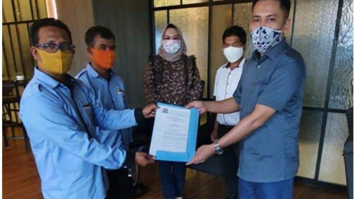 Ketua DPD HNSI Riau menyerahkan SK ke ketua DPC HNSI Pelalawan pada Sabtu (10/4/2021)