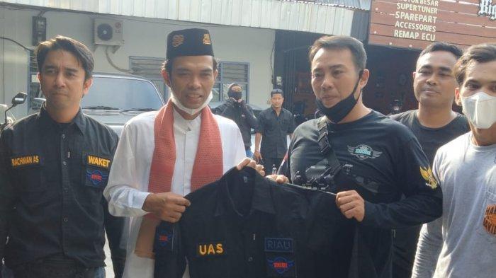 Ketua IMBI Riau, Taufik menyerahkan Jaket khas Moge ke UAS di sekretariat IMBI Riau di Jalan Arifin Ahmad