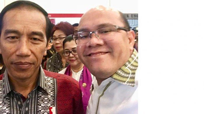 Ketua Kadin Batam Jadi Rajagukguk mengungkap kronologi pesawat Citilink dari Jakarta tujuan Batam mendarat darurat di Palembang karena ulang seorang anak. Foto Ketua Kadin Batam saat bertemu Presiden Joko Widodo dalam ITE ICE di Bumi Serpong Damai, Banten, 11 Oktober 2017.