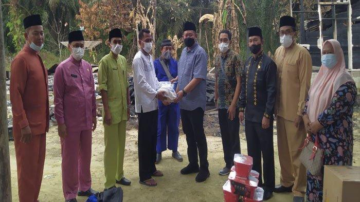 Ketua Komisi I DPRD Inhu, KPBD dan Dinsos Serahkan Bantuan untuk Korban Bencana Kebakaran