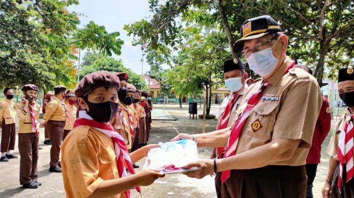 Kwarda Riau Bagikan Perlengkapan Belajar Kepada Anggota Pramuka Kwarcab Kampar
