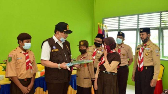 Kwarda Riau Bagikan Perlengkapan Belajar untuk Anggota Pramuka Kwarcab Pelalawan