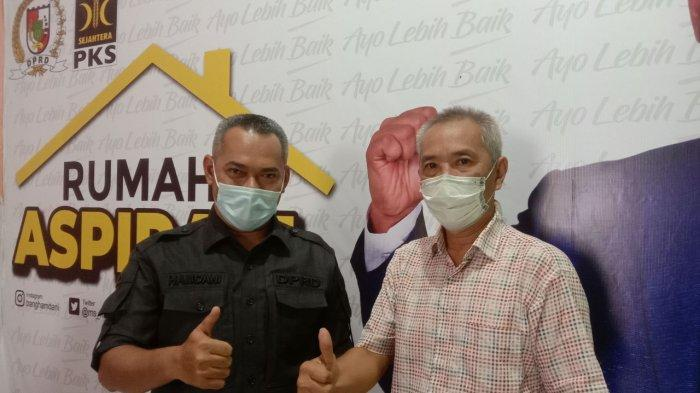 Ketua DPRD Pekanbaru Hamdani SIP (kiri), foto bersama warga usai menerima aspirasi di Rumah Aspirasi Jalan Belimbing Kelurahan Wonorejo, Kecamatan Marpoyan Damai, Pekanbaru, akhir pekan kemarin.