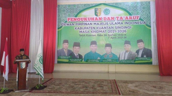 Ketua MUI Riau, Prof DR H Ilyas Husti MA kala memberi sambutan dalam Pengukuhan dan Ta'aruf Dewan Pimpinan MUI Kuansing di Pendopo Rumah Dinas Bupati Kuansing, Rabu (7/4/2021)