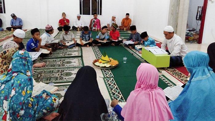 Pakai Potong Tumpeng dan Makan Bersama, Tradisi Khatam Alquran Jemaah Musala Al Fatah Sialang Rampai