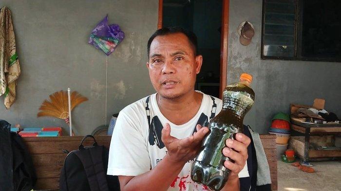 Khomar warga 04 Rw 02, Kelurahan Bojongbata, Kecamatan Pemalang, Kabupaten Pemalang, menunjuk serum ular berbisa buatannya, Sabtu (17/4/2021).