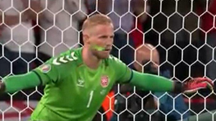 Kiper Denmark Kasper Schmeichel diganggu laser yang ditembakkan penonton saat berhasil menahan tendangan penalti Harry Kane dalam laga Inggris vs Denmar Semifinal Euro 2020.