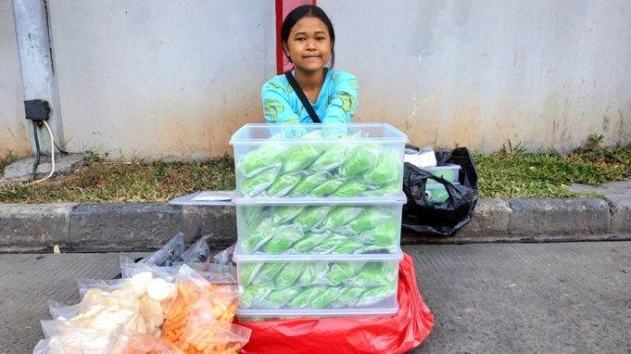 Kisah Viral Dewi Bocah SMP yang Kerjakan PR Sambil Jualan Bakpau, Jadi Perhatian Jokowi Hingga Ancol