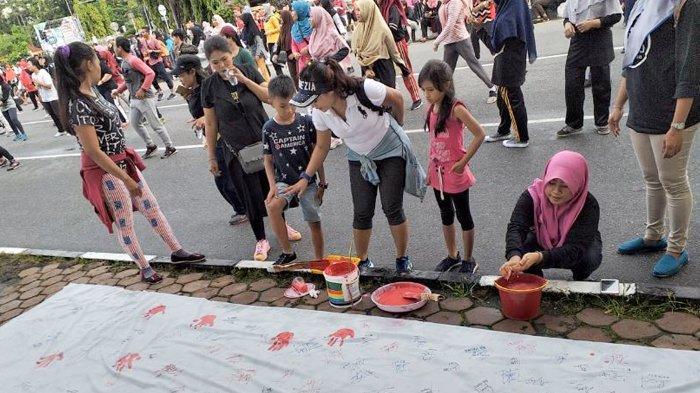 Koalisi Anti Diskriminasi Riau Bentang Spanduk Putih di Trotoar