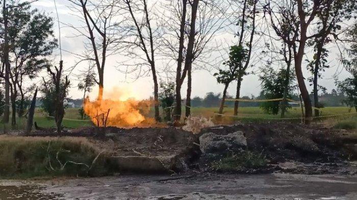 Kobaran api di ekplorasi minyak sumur tua zaman Belanda, Indramayu, Jawa Barat, Sabtu (3/4/2021). Kobaran api tersebut baru muncul dan meresahkan warga sekitar usai insiden terbakarnya tangki minyak T-103 milik PT Pertamina (Persero) RU VI Balongan Indramayu.