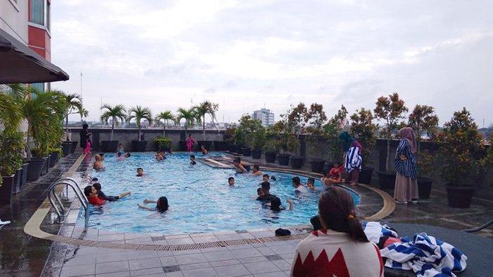 Kolam renang di Grand Zuri Hotel Pekanbaru, yang menghadirkan promo Swimilcorner saat ini.