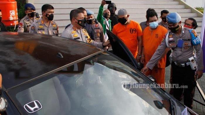 Oknum Polisi Nyabu, Ini Dia Kompol YC Oknum Perwira Polda Riau Yang Viral Nyabu di Dalam mobil - kompol-yc-mengenakan-peci-bersama-rekannya-dan-barang-bukti-sebuah-mobil.jpg
