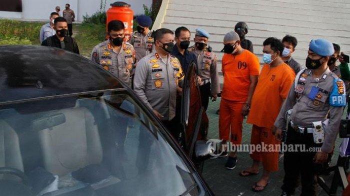 Oknum Polisi Nyabu, Ini Dia Kompol YC Oknum Perwira Polda Riau Yang Viral Nyabu di Dalam mobil - kompol-yc-pakai-peci-saat-ekspose-oleh-kapolda-riau.jpg