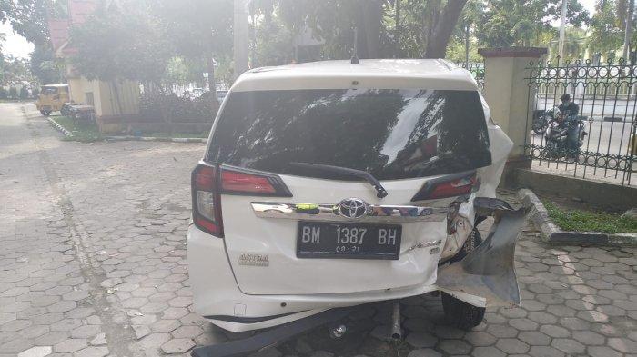 Foto:Tukang Sate Terjepit,Pemilik Gerobak Kopi Sakit Pinggang,Kaki Mulyadi Luka,Tabrakan Depan RSUD - kondisi-mobil-yang-ditabrak-di-depan-rsud.jpg