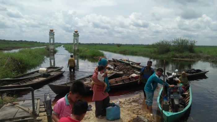 Warga Terpaksa Pakai Perahu Seberangi Genangan Bajir,Desa Rantau Baru Pelalawan Riau Masih Terisolir