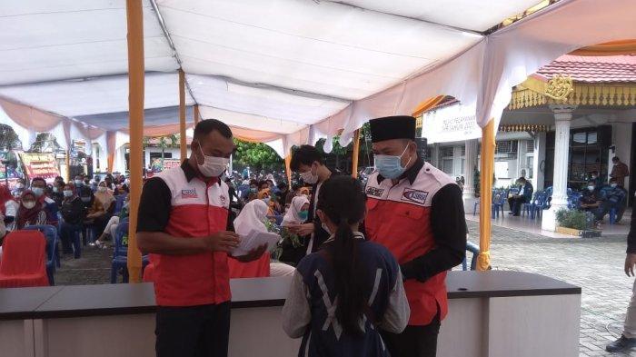 Korwil KSBSI Riau menyalurkan bantuan terhadap anak buruh yang berprestasi saat memperingati May Day