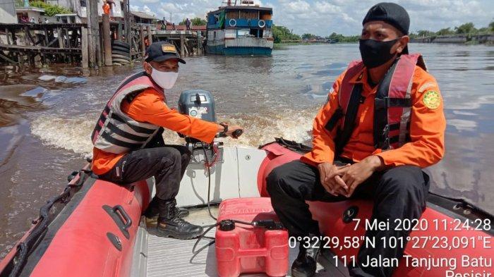 Demi Selamatkan 1 Kotak Mie yang Jatuh Ke Sungai Siak, Kru Kapal Ini Nekat Lompat hingga Tenggelam