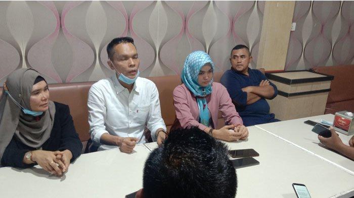 Kuasa hukum Paslon Bupati dan wakil Bupati nomor urut 3 yaitu Syahrial, Henri Zanita, dan Darulhuda saat memberikan keterangan pers di Kafe Kopitiam, Selatpanjang Jumat (18/12/2020).