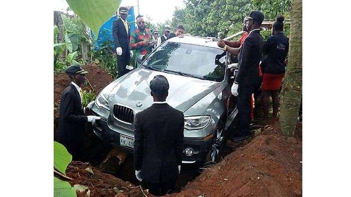 Ingin Berbakti, Anak Kubur Jasad Ayah dalam Mobil Mewah BMW, Netizen Sebut Pemborosan