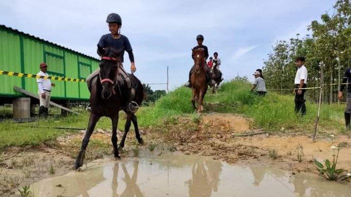 Peserta latihan berkuda di Horse Power Tambusai Jalan Soekarno-Hatta Pekanbaru.