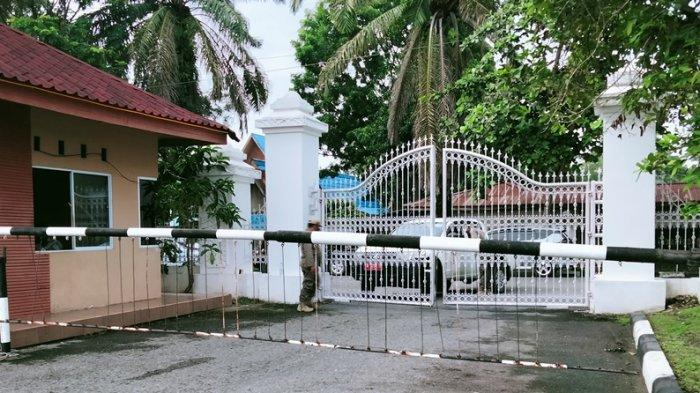 Penjagaan ketat dilakukan menyambut kunjungan Jokowi ke Riau. Akses menuju gedung daerah dibatasi dan dijaga ketat oleh aparat gabungan.
