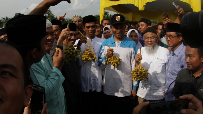 Foto: Ustadz Abdul Somad Panen Perdana Kurma di Masjid Raya Annur Pekanbaru