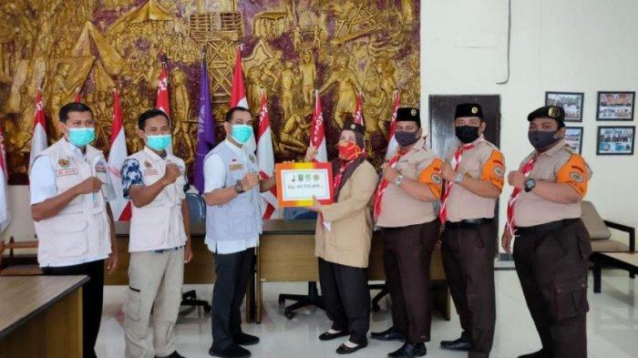 Satgas Pramuka Peduli Kwarcab Rokan Hulu Serahkan Dana untuk Korban Bencana Alam kepada Kwarda Riau