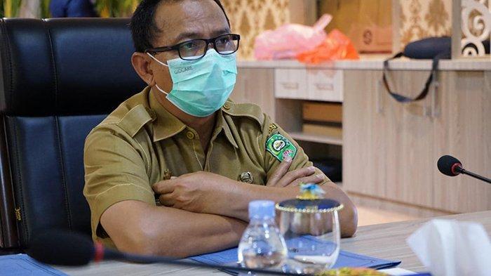 Sekretaris Satgas Penanganan Covid 19 Kabupaten Siak L Budhi Yuwono menjelaskan kondisi Covid 19 di ruangan kerjanya, Selasa (21/10/2020).
