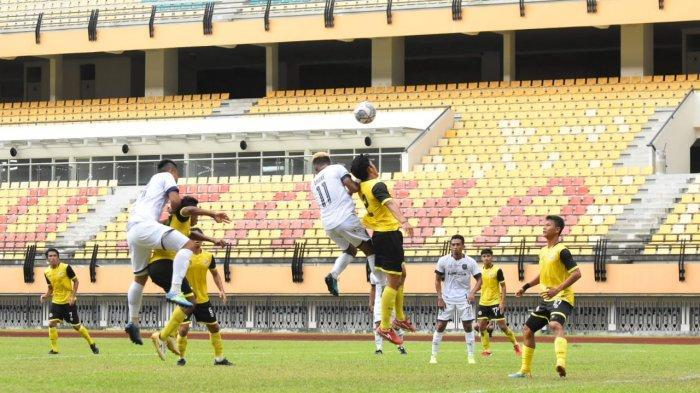 Pemain PSPS Riau (kostum putih) saat berebut bola dengan pemain Semen Padang, dalam laga ujicoba yang dimenangkan Tim Kabau Sirah di Stadion Utama, Pekanbaru, Selasa petang (31/8/2021) kemarin.